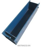 KHUÔN ĐÚC MẪU BÊ TÔNG THỬ UỐN 150x150x600 mm Đây là dụng cụ dùng để đúc mẫu bê tông có kích thước chuẩn 150mm x 150mm x 600mm hay 15x15x60 cm. Nhằm thí nghiệm xác định cường độ chịu kéo khi uốn và kéo dọc trục (tức kéo đúng tâm). Trước khi uốn mẫu,dùng thước lá bằng kim loại đo diện tích mặt cắt ngang của mẫu thử chính xác đến 0,1cm2.
